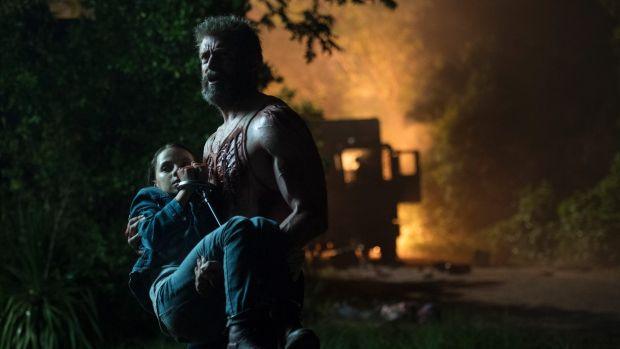 Logan niesie córcię